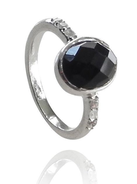 Silver ring with an onyx with 3 cz on each side. DKK 499.