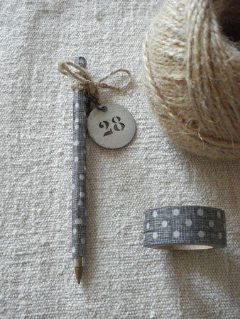 Con un poco de washi tape, cordel y un bonito ornamento, podemos convertir un simple boli en algo único y personal.