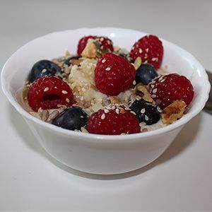 Jedną z najważniejszych zalet owsianki jest jej uniwersalność i możliwość dowolnego modyfikowania przepisu podstawowego. Owsiankę można jeść z orzechami, rodzynkami, owocami sezonowymi, bakaliami, syropem, lub miodem. Jest łatwa do przygotowania a jednocześnie niezwykle pożywna.