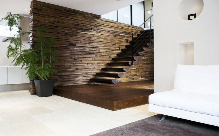 Dubbel gerookt eiken houten vloer welke afgewerkt is met een bruine kleur. Foto van Houten Vloeren | Uipkes HoutenVloeren.