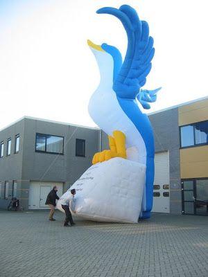 Opblaasbare dieren.: Opblaasbare blauwe vogel 10 meter hoog