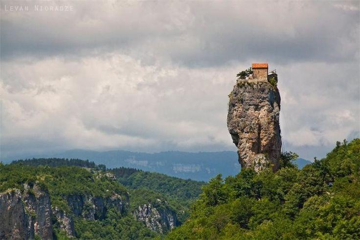 Церковь на скале, Кацхи, Грузия Она располагается на скале высотой 39.6 метров и служит домом одного монаха уже 20 лет.