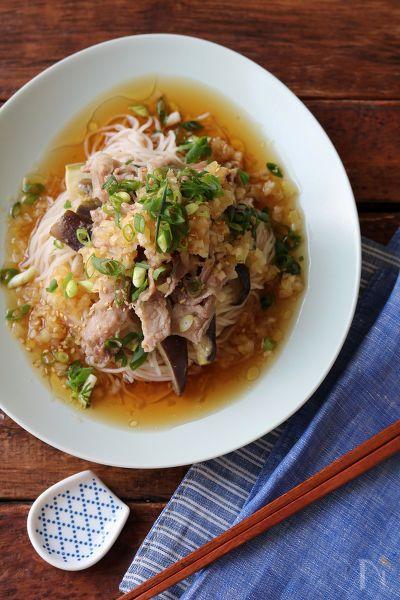 レンジで包み蒸しにした豚肉と茄子ののっけそうめん。たっぷりの中華風のたれでいただきます。
