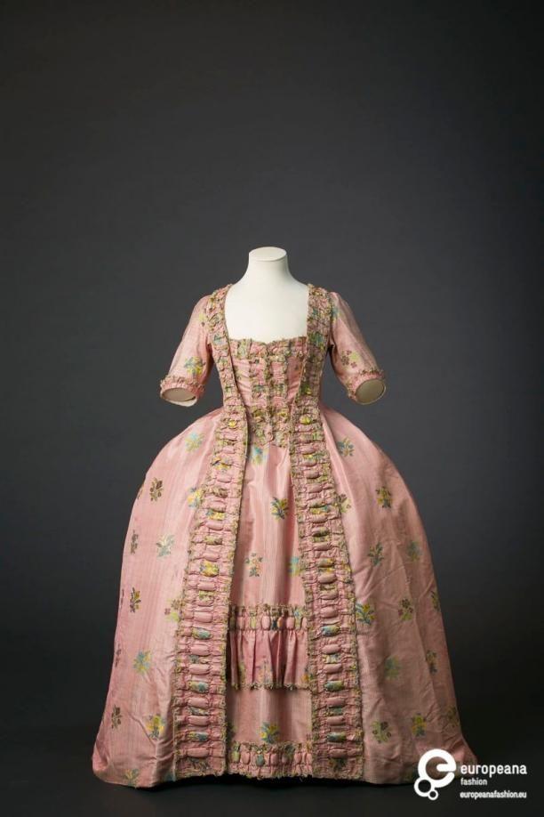 Robe à la française in gestreepte roze zijde   Modemuze