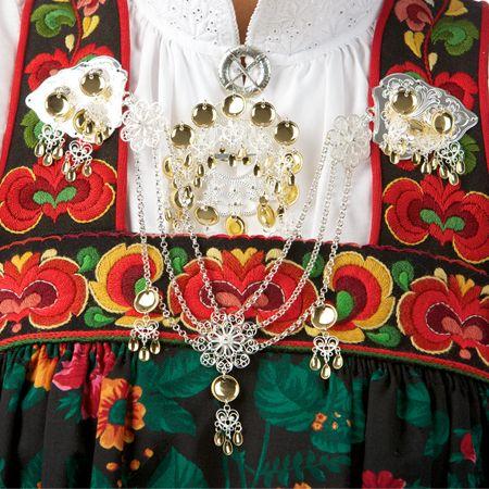 Zilveren sieraden bij Festbunad (feestkostuum) van Gol, Hemsedal.