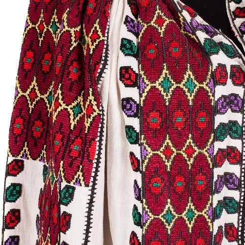 O ie tradițională din zona Muscel, bogat decorată și colorată, lucrată pe pânză de bumbac în perioada 1900-1910. Ornamentele au fost brodate cu fir de bumbac grena, roșu, verde, mov, galben și negru. Produs unicat, în stare bună.  #FloriDeIE, #RomanianBlouse