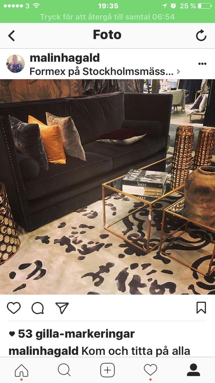 Mönstrad viskos matta och mörkgrå soffa Rosen
