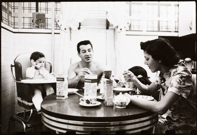 Prêt à Pregnant #Sunday Morning #inspiration - Rocky Graziano eating breakfast with his family.