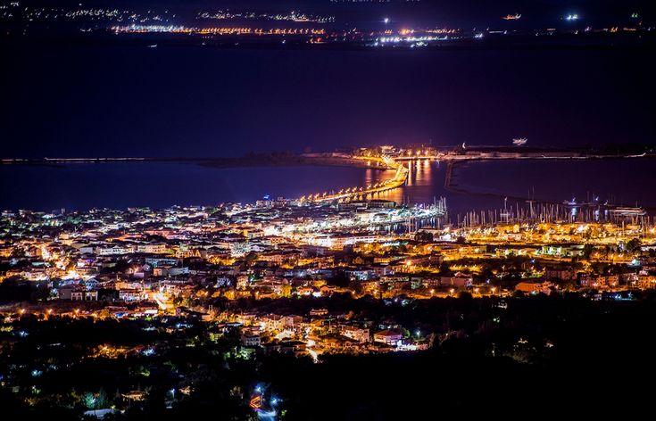 Η χώρα by night.