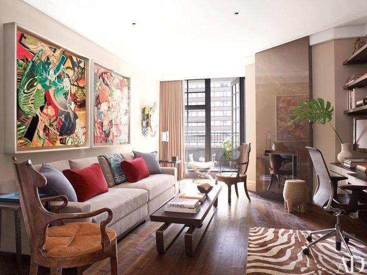Sala elegante, alegre e bem projetada com destaque para a circulação e ergonomia do ambiente garantidas pelo sofá curto e mesa de centro com tampo pouco profundo.