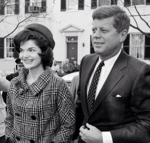1960. Décembre. Jacqueline and her husband, president-elect JFK home from Georgetown Hospital with their new son JFK Jr