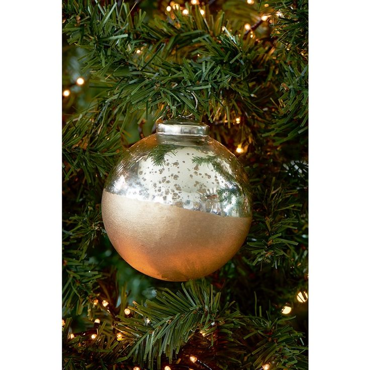 This year, the Christmas decoration collection is once again completely updated and includes the most beautiful items to bring the ultimate Christmas spirit into your home, Take for example this elegant silver Christmas bauble with a golden dip-dye coating. Available in 7 and 10 cm diameter.