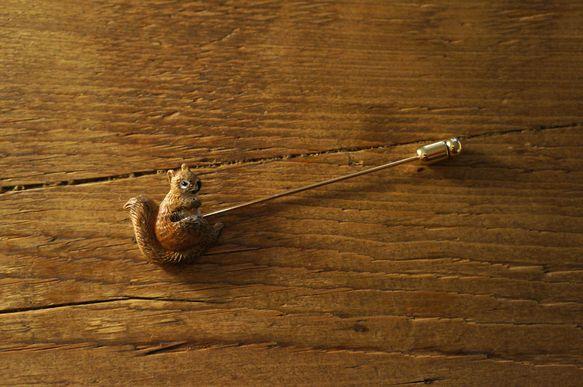 フランスのリスのボタンを使ったブローチです。ストールなどにちょこんと挿すとかわいいと思います。ブローチ部分は金メッキです。たて2.5cm×よこ8c...|ハンドメイド、手作り、手仕事品の通販・販売・購入ならCreema。