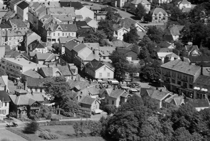 Liv og røre på torvet i Sandefjord i 1947. Klikk på bildet for å komme til bildet dette utsnittet er hentet fra (Flickr).