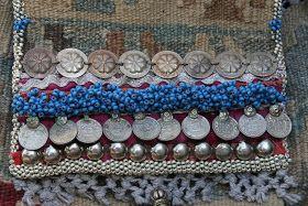 Tapijt en broek = tas.....   Enkele weken geleden had ik nog een (erg oud) kelim tapijt en een bruin suède broek.  Een prima combinatie voor...