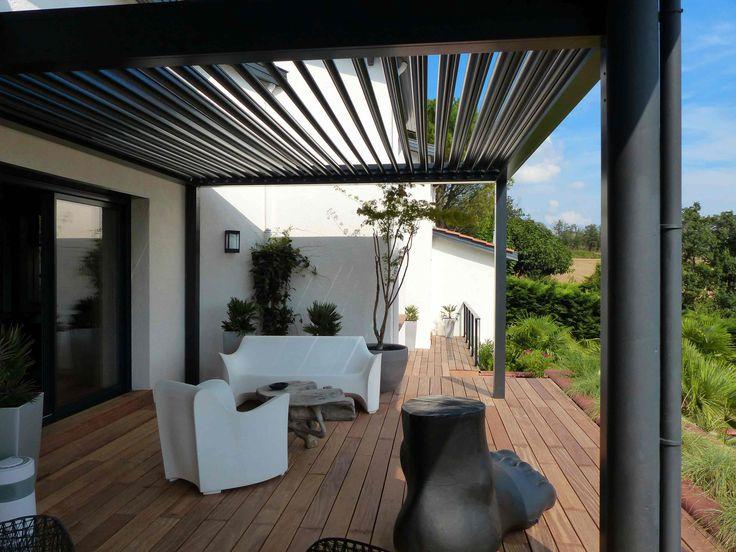 Grâce à son design contemporain, la pergola bioclimatique Vérancial s'adapte à tous les styles d'habitat tout en constituant une réelle plus-value patrimoniale.