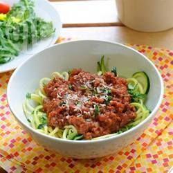 Vervang pasta door courgette voor een koolhydraatarme variant van spaghetti bolognese! Erg eenvoudig om te maken en je hebt maar 1 pan nodig, dus minder afwas!