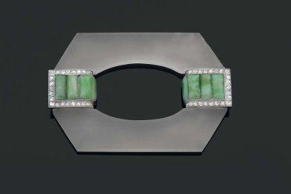 Georges FOUQUET( 1862-1957) Brooch 1925. Rock crystal, jadeite, diamonds, platinum and white gold . BROCHE 1925. Disque en cristal de roche dépoli,  cabochons de jade jadéite, diamants. Monture en platine et or gris. Dimensions : 7 x 5 cm.