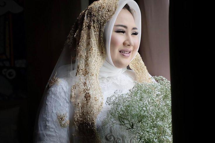LESS IS MORE .... EMBRACE your NATURAL BEAUTY ... WEDDING MAKE UP for @lidyachandrabong .... #bride #hijab #hijabers #weddingdress  #kebayamodern #bajupengantin #kebayapengantin #prewedding #prewed #pengantin #pernikahan #bridal #makeupartis #makeupartist #mua #muamakassar #muasurabaya #makassar  #fotografermakassar #instapic #instabeauty #instamakeup #izmoostudio #mapettuada #muapalu #muatoraja #muakendari #muamanado #muamalang #wisuda…