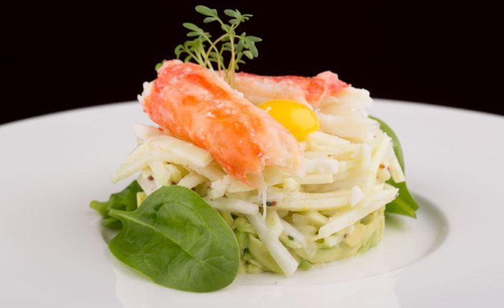 Салат с камчатским крабом, гуакамоле, эстрагоном и яблоком с йогуртовой заправкой #erarta #erarta_cafe #restaurant