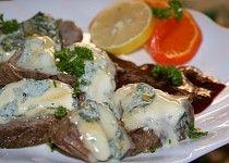 Vařené hovězí s modrým sýrem a cumberlandskou omáčkou