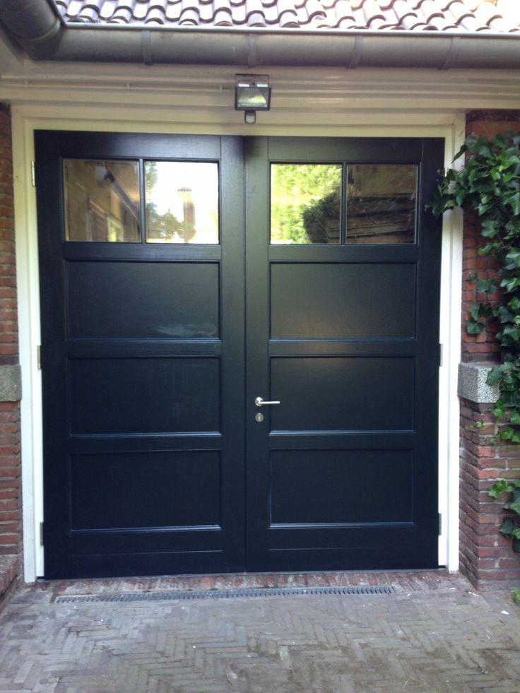 """Openslaande houten garagedeuren model """"Amsterdam"""" Deurdikte 68mm Dark Red Meranti Loopdeur links of rechts openslaand (van buiten gezien) Symmetrische verdeling Deuren zijn voorzien van een zeer hoogwaardige isolatiekern voor de beste warmte-isolatie. Rubber tochtkader in zowel de deuren als het kozijn gefreesd zodat de deuren 100% tochtvrij zijn. Deuren hebben een vlakverdeling waarbij de bovenste …"""