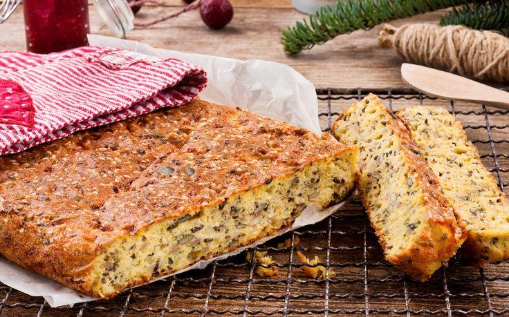 Dette saftige og gode brødet er helt uten mel. Brødet passer fint å skjære opp i skiver og ha på lur i fryseren. Ta opp de skivene du trenger og rist dem litt i brødristeren. Da har du alltid ferskt brød til familie og gjester som spiser glutenfritt.