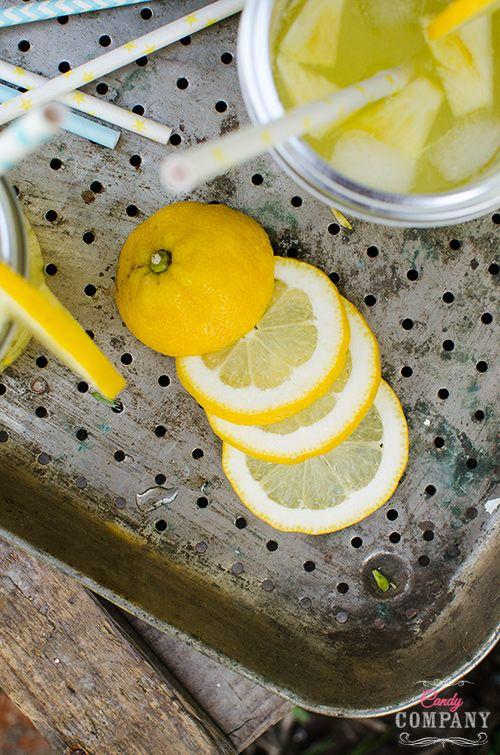 Uwielbiam lemoniady, zwłaszcza smakowe! Na blogu znajdziecie już kilka różnych przepisów m. in. na lemoniadę z tymiankiem, wersjęz rabarbaremi borówkamioraz malinowąz lawendą.Tym razem zapraszam na lemoniadęz ananasem. Orzeźwiającaimocno ananasowa, szybka i prosta w przygotowaniu czyli taka jak lubię Koniecznie do wypróbowania na letnie imprezy.Również w postaci drinka – można dodać do niej np. trochę Malibu […]