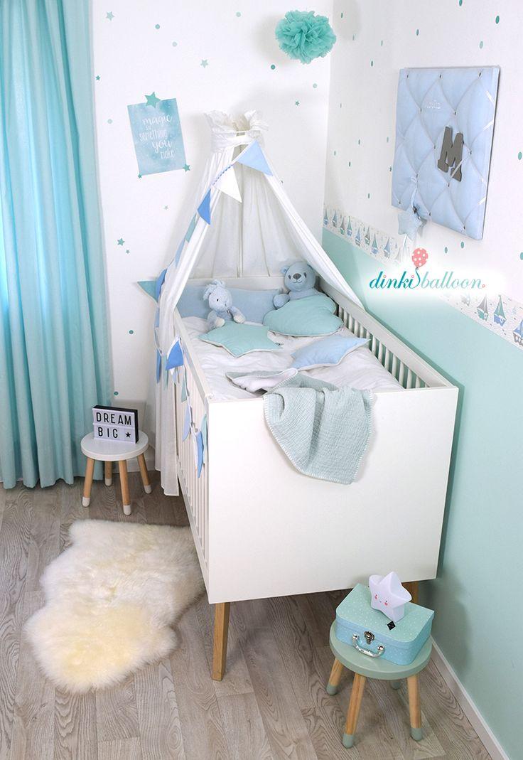 Ahoi! Seefahrer-Babyzimmer mit der Schiffchen-Kollektion von Dinki Balloon. In den zarten Wasserfarben-Tönen blau/mint/grau, selbstklebender Wandgest…