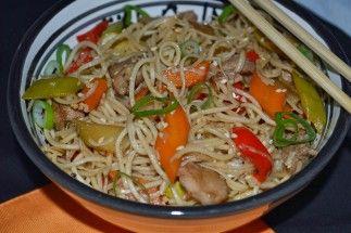 Rețeta zilei: Tăiței de orez (noodles) cu pui și legume - Ora de Stiri