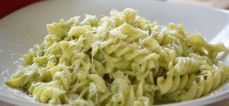 Receta de pasta de tornillo con salsa de poblano. Prepara una deliciosa pasta con un toque totalmente mexicano, es fácil y rápida de preparar.