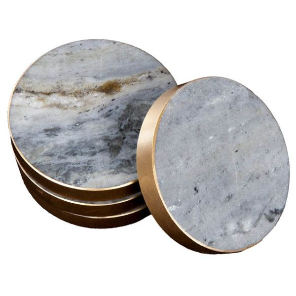 Härliga glasunderlägg i marmor att placera ut under dina snygga glas. Dessa underlägg har också en underbar och stilren kant i mässing längs med. Våra glasunderlägg i blå marmor är framtagna av 100% svensk marmor och är mycket tåliga mot vatten. Boldliving.se