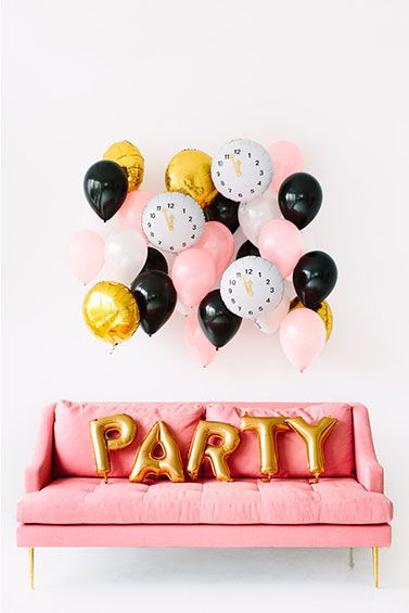 diy clock balloons for New Year's Eve party. #NYE #decor