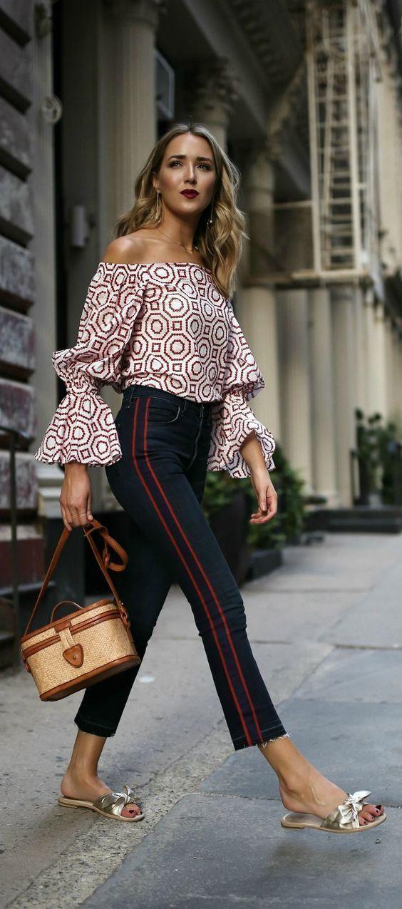Trend alert: rasteirinha com laço. Blusa com decote ombro a ombro estampada, calça jeans skinny, sandália flat com nozinho
