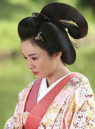 Very in depth comprehensive guide to a traditional geisha hairstyle! I have searched and this is the first one I have ever seen!!
