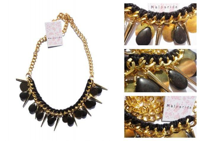 Collar realizado en cadena dorada y tejido al crochet en hilo de bordar negro.br / br /