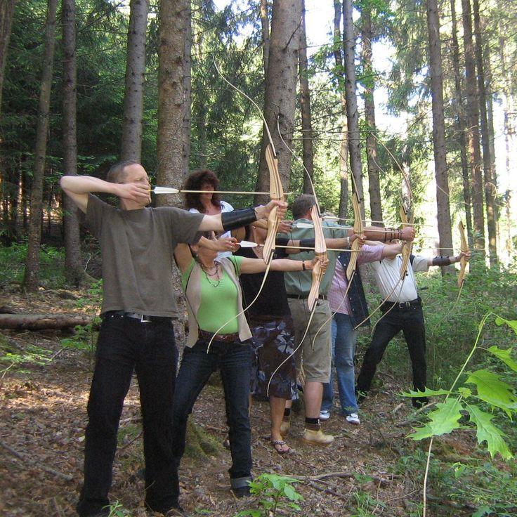 """Jagdvergnügen für jedermann! Beim Bogenschießen im Raum Schwäbisch Hall gehen Ihre Beschenkten in einem malerisch-dichten Wald auf die gemeinsame Jagd. Nach einer Einweisung warten etwa 20 3D-Tierattrappen darauf, """"erlegt"""" zu werden. Das Teamevent fordert und fördert Intuition und Konzentration – und macht schlichtweg auch eine Menge Spaß!"""