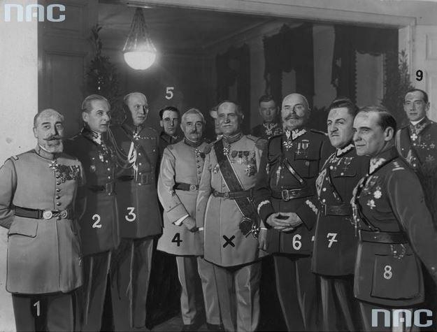 Polscy oficerowie podczas pożegnania generała Charles'a Charpy (w środku obok gen. Daniela Konarzewskiego). Widoczni m.in. płk dypl. Bolesław Wieniawa-Długoszowski (2. z lewej), ppłk dypl. Józef Beck (1. z prawej), gen. dyw. Daniel Konarzewski (4. z prawej), płk Sergiusz Zahorski (2. z prawej), płk Tadeusz Piskor (3. z prawej).
