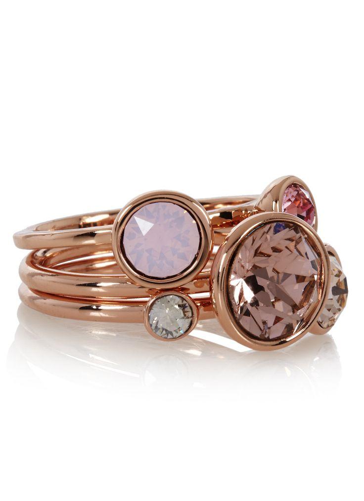 Jackie set van drie ringen van Ted Baker. Deze vrouwelijke en elegante ringen zijn uitgevoerd met een roségoudkleurige plating en hebben een brass laagje als finish. De ringen zijn gedecoreerd met roze Swarovski stenen.