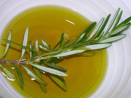 Les applications peu connues de l'huile de romarin - Améliore ta Santé