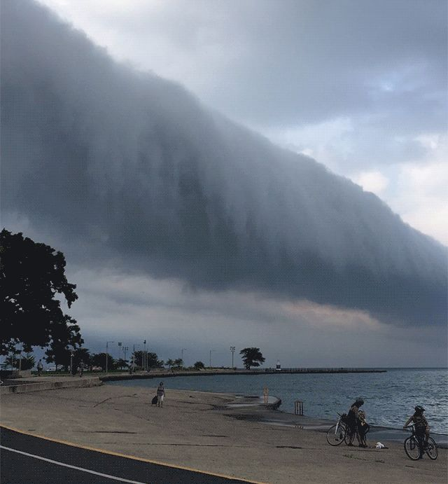 A Dramatic Roll Cloud Briefly Overtakes Chicago [video]