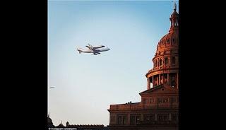 Foto pesawat ulang alik Endeavour yang sedang diangkut pesawat jumbo jet menuju museum pada 20 September.
