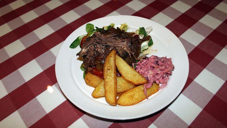 Maträtten pulled pork har kommit upp och blivit närmast omåttligt populär i Sverige på senare tid. Kocken Jesper Nyström gör en variant med älgkött istället ...