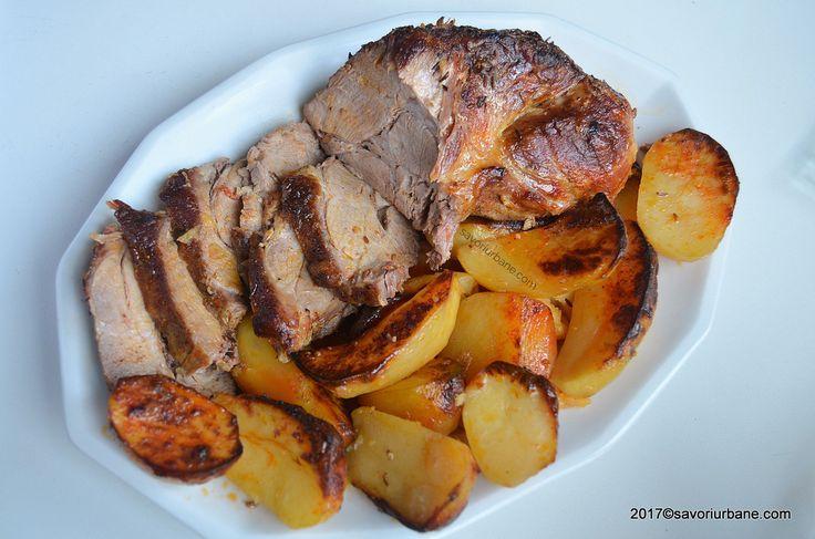 Ceafa de porc la cuptor reteta de friptura simpla din bucata intreaga de carne. O friptura de porc la tava, rumena, suculenta, inconjurata de cartofi aurii