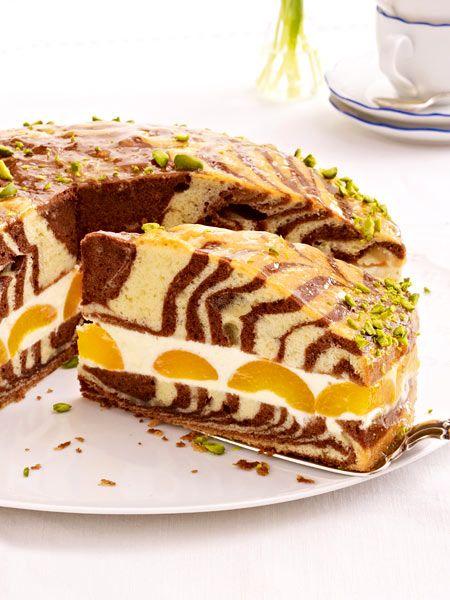 Fruchtig gefüllt mit Zitronencreme und Aprikosen wird der Zebrakuchen schön saftig. Wir zeigen Schritt für Schritt, wie das Muster in den Kuchen kommt.