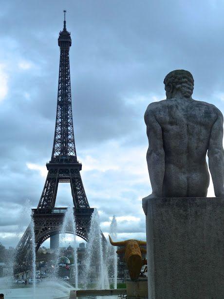 Tour Eiffel & statue de Pierre Traverse : L'Homme (1937) - Trocadéro, Paris - photo Marie J