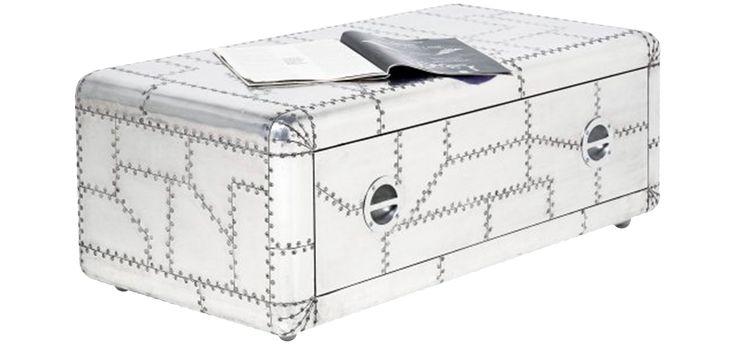 L'apparence du meuble tv de la collection Aviator est celle des morceaux d'aluminium qui sont assemblés pour créer une symbiose parfaite entre un stand de télévision moderne et un objet de design.   Ses bords arrondis offrent un contraste avec les formes très droites et carrés des tiroirs.  Il y a un grand tiroir dans lequel vous pouvez stocker des DVD ou d'autres objets.  Matériel : Aluminium  Structure : Bois L 90 x P 36 x H 40 cm - Poids 39,12 kg