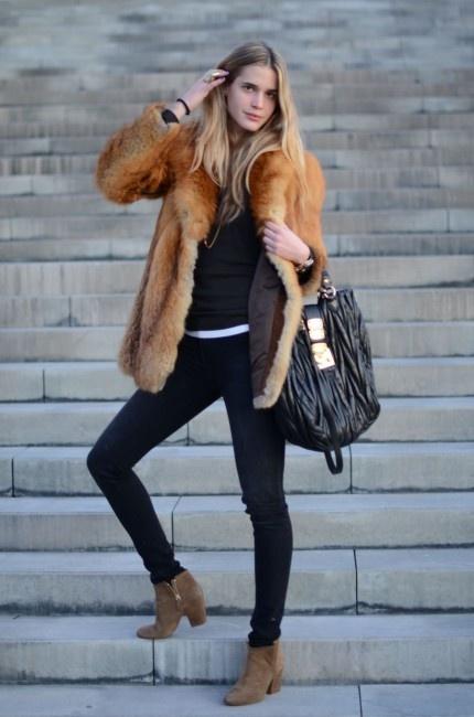 Elisabeth Mass con abrigo de pelo largo de casa Mir, botines de Zara, pitillos de BDG y bolso de Miu Miu.