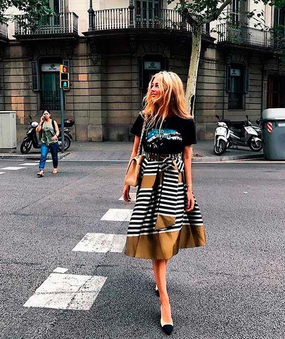 Saia Midi com Listras, sapatos bicolores e Bolsa nude. para apostar o tempo todo! Ela fez a composição de camiseta estampada + saia de listras, para dar um toque diferente e estiloso à produção, mas você pode usar peças lisas, como camisas e até blusa ombro a ombro. Sapato no estilo da foto, tem aqui - http://buyerandbrand.com.br/mododeusarmoda/?bi=2iRXb3p