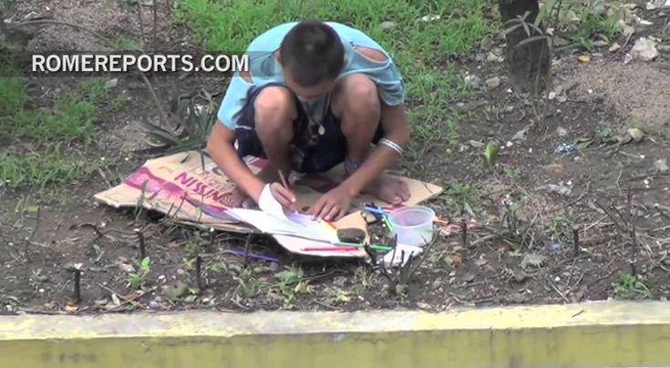 Francisco rompe itinerario oficial y visita por sorpresa a niños de la calle.